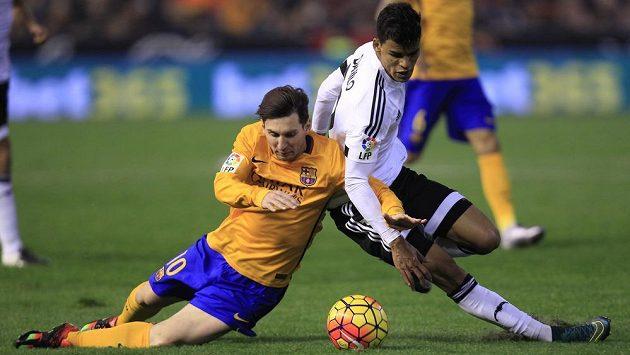 Lionel Messi (vlevo) z Barcelony a Danilo Barbosa z Valencie.