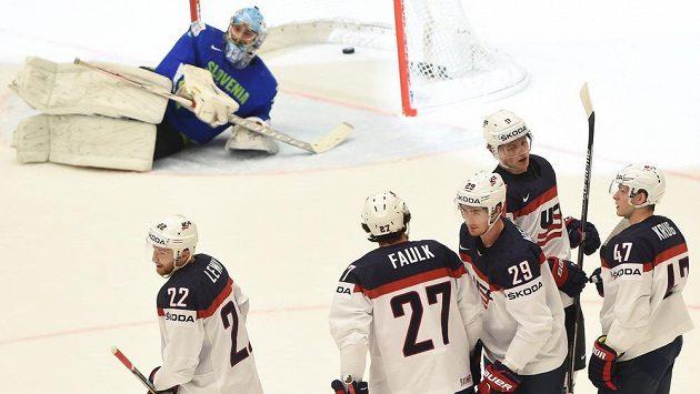 Američtí hokejisté přehráli na šampionátu Slovinsko 3:1. Dva góly vstřelil Nelson.