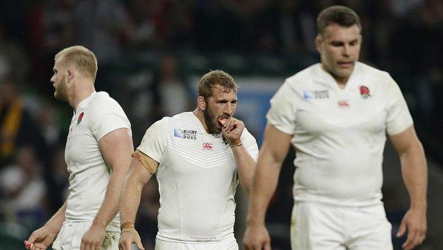 Zklamaní ragbisté Anglie po porážce s Austrálií.