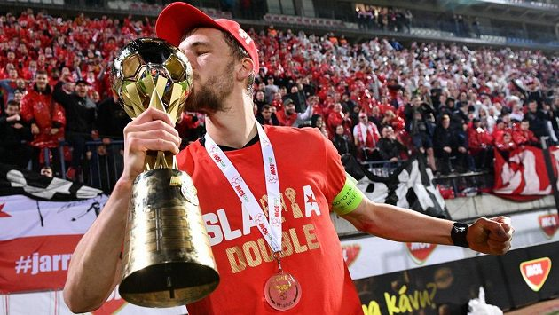 Střelec vítězného gólu Slavie Tomáš Souček ve finále MOL Cupu líbá vytouženou trofej.
