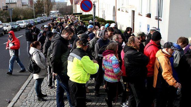 Litvínovští fanoušci čekají ve frontě na vstupenky.