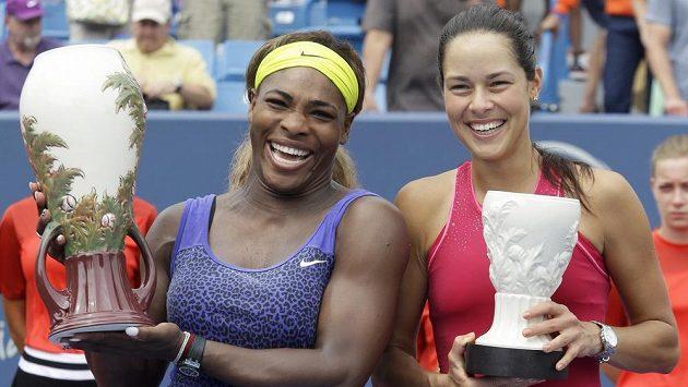 Vítězka Serena Williamsová a poražená finalistka ze Cincinnati Ana Ivanovičová pózují s trofejemi.