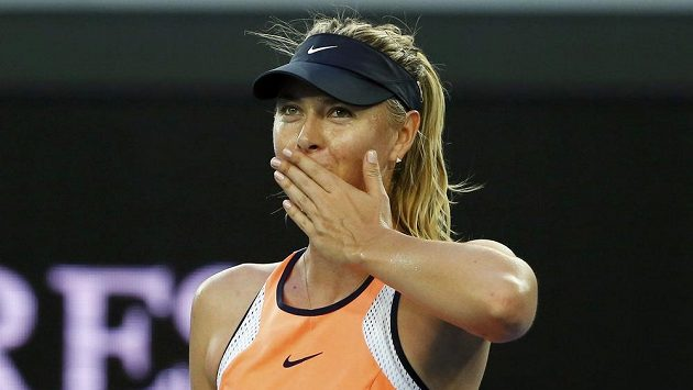 Ruská tenistka Maria Šarapovová zdraví diváky v Melbourne.