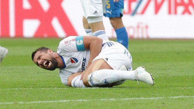 Milan Baroš v bolestech na trávniku. Nyní už se znovu zapojuje do tréninku Baníku.