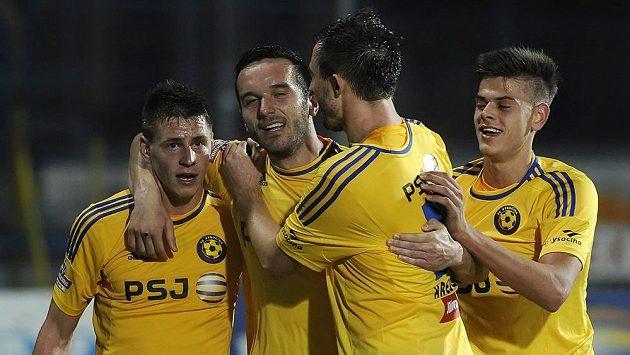 Jihlavský Haris Harba (druhý zleva) přijímá od svých spoluhráčů gratulace ke gólu proti Jablonci.