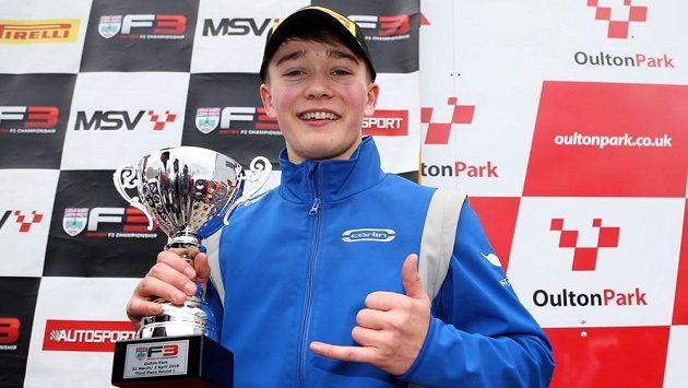 Osmnáctiletý pilot Billy Monger si při návratu do soutěžního vozu dojel pro pohár za třetí místo v závodě britského šampionátu formule 3.
