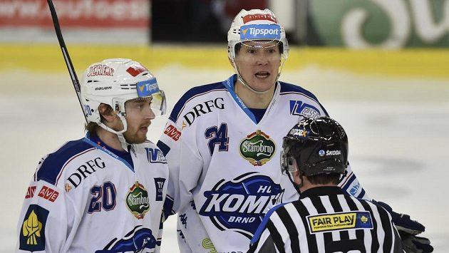 Hokejisté Brna (zleva) Hynek Zohorna a Vilém Burian s čárovým rozhodčím Milanem Jindrou při utkání s Třincem.