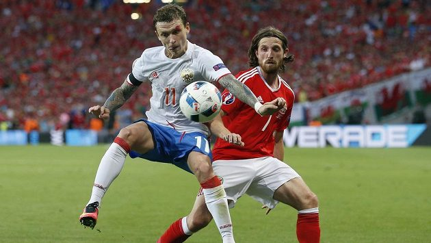 Na EURO o míč bojují Rus Pavel Mamajev (vlevo) a Velšan Joe Allen.
