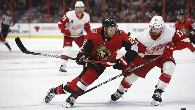 Obránce Detroitu Filip Hronek (vpravo) se snží zastavit Connora Browna z Ottawy Senators.