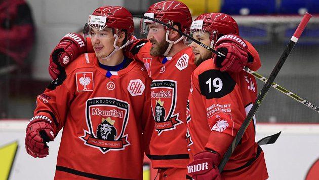 Hokejisté Mountfieldu Hradec Králové Radek Pilař, Matěj Chalupa a Zdeněk Čáp oslavují gól v utkání Ligy mistrů se Štýrským Hradcem.