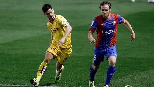 Záložník Levante Joan Verdu (vpravo) a středopolař Gijónu Ignacio Cases během pondělní dohrávky 31. kola španělské La Ligy.