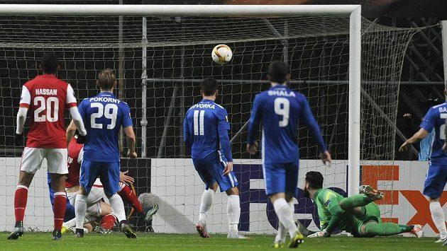 Brankář Slovanu Liberec Tomáš Koubek inkasuje smolný vlastní gól z kopačky Marka Bakoše (vlevo na trávníku pod Hassanem).