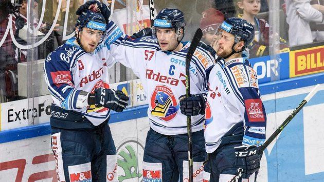 Hokejisté Vítkovic (zleva): Jakub Lev, Rostislav Olesz a Radoslav Tybor oslavují gól na 2:1 během extraligového utkání na ledě Sparty.