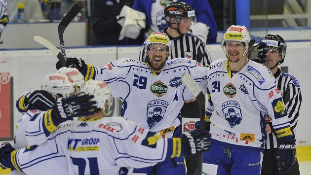 Hokejisté Komety oslavují gól proti Zlínu. Vpravo je Vilém Burian z Brna, vedle něj Jakub Koreis.