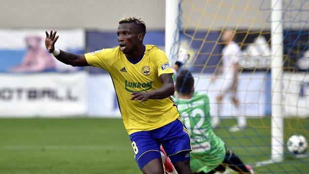 Ubong Ekpai ze Zlína se raduje z gólu proti Karviné.