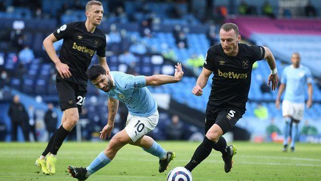 Čeští fotbalisté ve službách West Hamu United Tomáš Souček (vlevo) a Vladimír Coufal střeží kanonýra Manchesteru City Sergia Agüera.