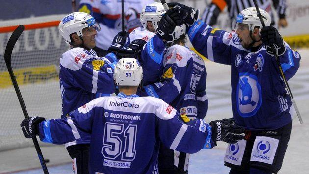 Hokejisté Plzně se radují ze vstřeleného gólu v Pardubicích.