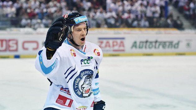Michal Bulíř z Liberce se raduje z branky proti Chomutovu.