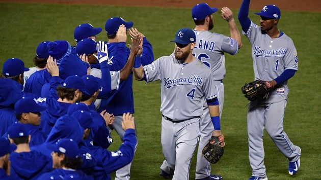 Radost baseballistů Kansas City Royals z vítězství ve třetím duelu Světové série.