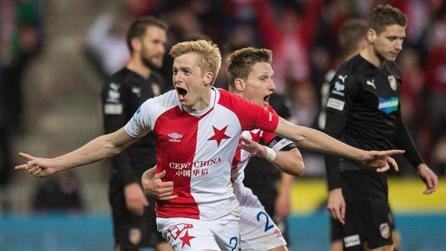 Michal Frydrych a Milan Škoda ze Slavie Praha oslavují gól proti Plzni.