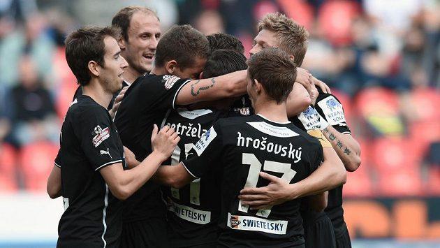 Fotbalisté Plzně se radují z gólu Jana Kovaříka proti Slavii.