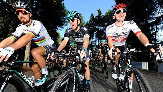 Leopold König z týmu Bora Hansghrohe při tréninku mezi světovým šampiónem Petrem Saganem (vlevo) a Polákem Rafalem Majkou.