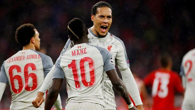 Virgil Van Dijk (čelem k fotoaparátu) před deseti lety prožíval těžké okamžiky. Nyní je oporou Liverpoolu, v jehož dresu přispěl i k vyřazení Bayernu Mnichov v letošním osmifinále Ligy mistrů.