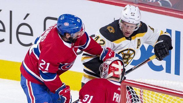 Bostonský David Backes (42) bojuje o puk s Davidem Schlemkem z Montrealu.