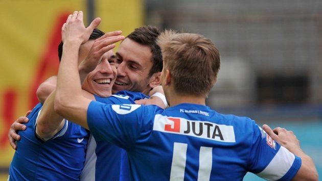 Autor prvního gólu David Pavelka (vlevo) z Liberce se raduje se spoluhráči Serhijem Rybalkou a Martinem Frýdkem (zády).