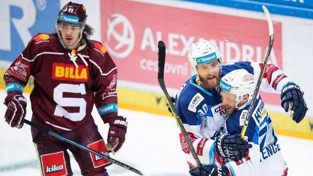Hokejisté Brna Martin Dočekal a Jan Štencel oslavují gól na 1:0 během utkání Tipsport extraligy se Spartou. Vlevo Matěj Beran. Ilustrační foto.