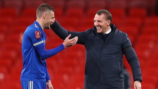 Kanonýr Leicesteru Jamie Vardy a kouč Brendan Rodgers po zápase se Southamptonem.