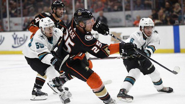 Útočník Anaheimu Ondřej Kaše start NHL nestihne.