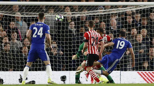 Diego Costa z Chelsea střílí třetí gól.