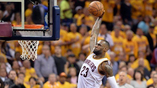 Hvězda Clevelandu Cavaliers LeBron James v utkání proti Torontu.