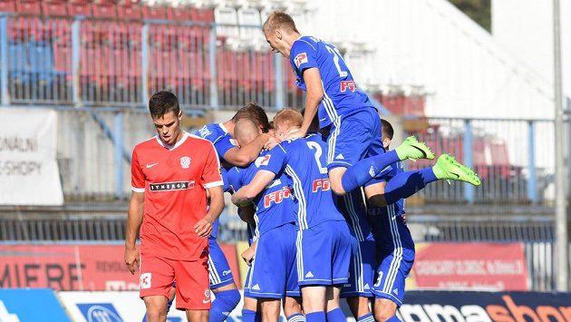 Fotbalisté Olomouce oslavují gól proti Brnu.