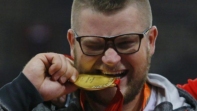 Takhle si polský kladivář Pawel Fajdek užíval zlatou medaili při vyhlášení vítězů na MS v Pekingu, později však svůj klenot nechal v taxíku.