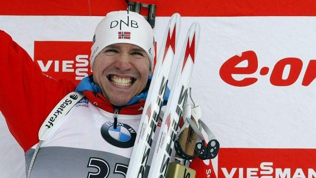 Nor Emil Hegle Svendsen oslavuje triumf v sobotním závodu na 10 km na světovém šampionátu biatlonistů v Novém Městě na Moravě.