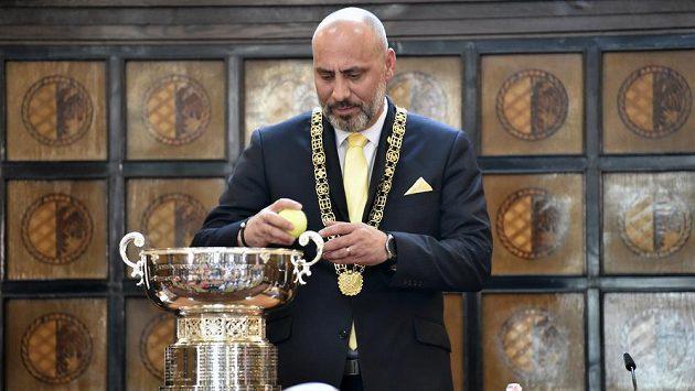 Prostějovský primátor František Jura (ANO) vytahuje losovací míček.