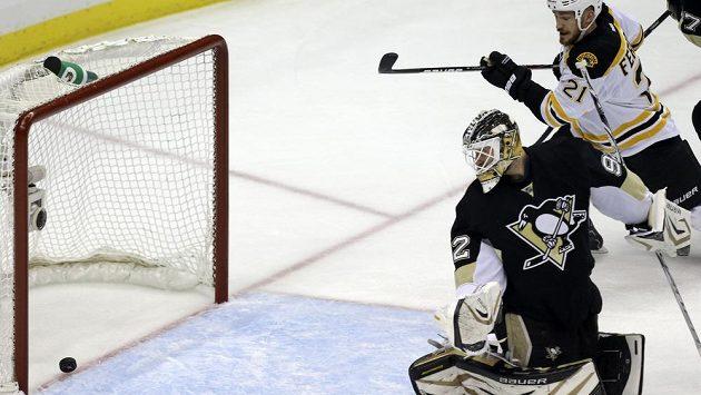 Gólman Pittsburghu Tomáš Vokoun se marně ohlíží za střelou Davida Krejčího z Bostonu.