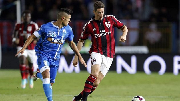 Útočník AC Milán Fernando Torres (vpravo) se snaží uniknout obránci Empoli Vincentovi Laurinimu.