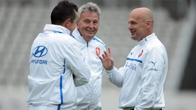 Trenér národního týmu Michal Bílek (vpravo) a asistenti Tomáš Galásek (zády) a Josef Pešice na Strahově před dvojutkáním kvalifikace MS s Arménií a Itálií.
