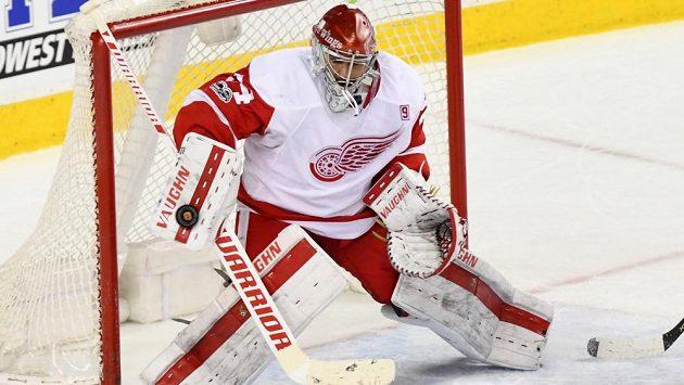 Český gólman Petr Mrázek inkasoval na ledě Calgary třikrát.