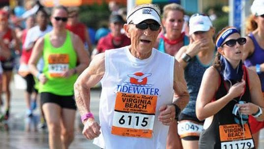 Američan Chris Catoe si i v osmdesáti letech rád zaběhá.