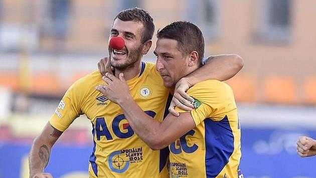 Teplický záložník Admir Ljevakovič (vlevo) slaví se spoluhráčem Janem Krobem gól proti Jihlavě.