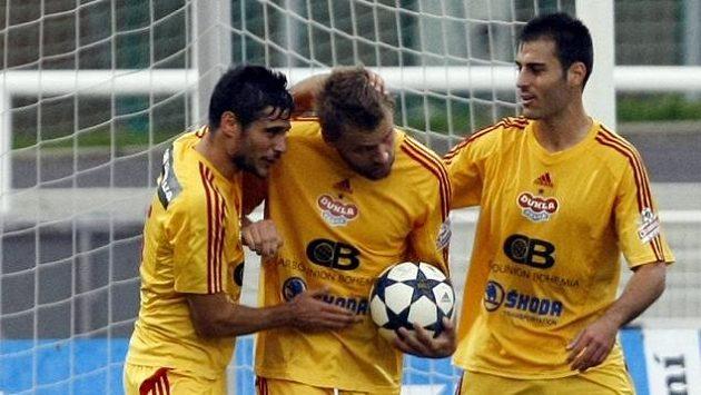Fotbalisté Dukly se radují z gólu. Zleva José Romera, Zbyněk Pospěch a Roger Albiach Néstor.