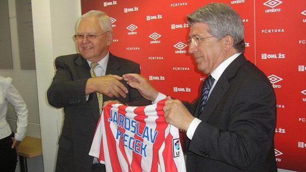 Prezident Atlética Enrique Cerezo Torres (vpravo) předal šéfovi Zbrojovky Jaroslavu Přečkovi dres madridského klubu.
