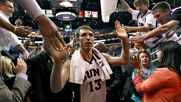 Hvězdný rozehrávač Steve Nash z Phoenixu bude v příštích letech v NBA oblékat dres slavných Los Angeles Lakers