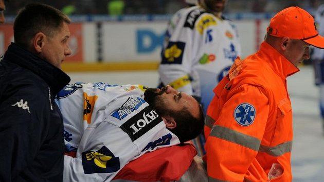 Zraněný obránce Milan Hruška z Brna je odnášen na nosítkách při pátém utkání play-off proti Spartě.