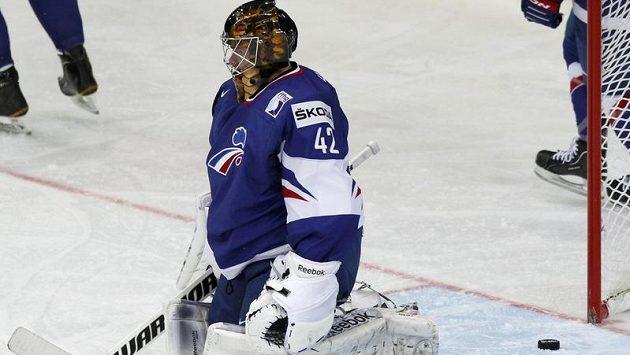 Francouzský gólman Fabrice Lhenry inkasuje v utkání s Kanadou na MS.