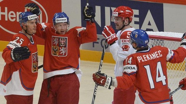 Čeští hráči (zleva) Lukáš Krajíček, střelec gólu Aleš Hemský a Tomáš Plekanec a dánský obránce Daniel Nielsen (druhý zprava).